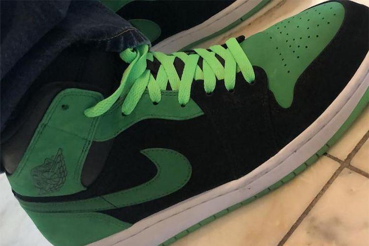 Air Jordan 1 Xbox dilengkapi dengan tali sepatu dan outsole glow in the dark.
