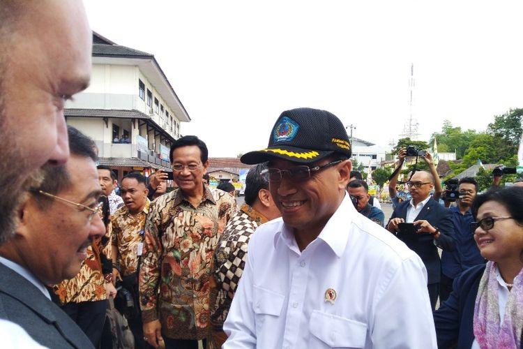 Menhub Budi Karya Sumadi selepas memberikan pidato dalam acara Dialog Nasional di Akademi Maritim Yogyakarta (AMY), Jawa Tengah, Sabtu (28/7/2018).