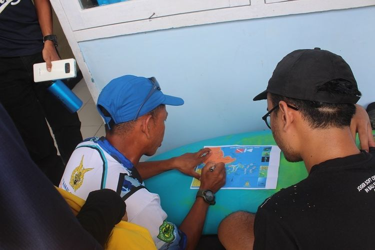 Tim Ekspedisi Bumi Cenderawasih Mapala UI membahas potensi wisata di Pantai Bosnik, Biak, Papua Barat.