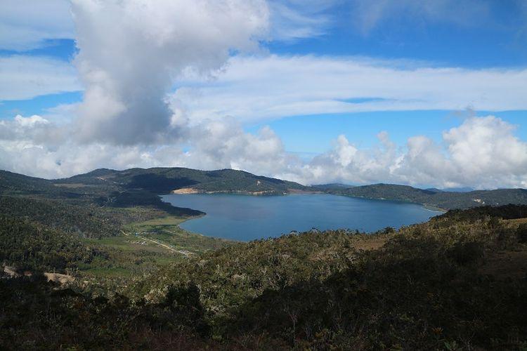 Pemandangan Danau Anggi Gida dilihat dari sekitar Puncak Bukit Kobrey, Distrik Sururey, Kabupaten Pegunungan Arfak, Papua Barat, Senin (20/8/2018). Danau Anggi Gida berlokasi di Distrik Anggi Gida.