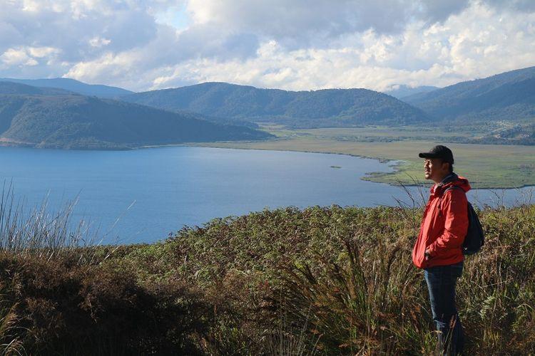 Turis menikmati pemandangan Danau Anggi Giji dari Bukit Kobrey, Distrik Sururey, Kabupaten Pegunungan Arfak, Papua Barat, Kamis (17/8/2018). Danau Anggi Giji merupakan obyek wisata yang bisa dikunjungi oleh wisatawan di Pegunungan Arfak.