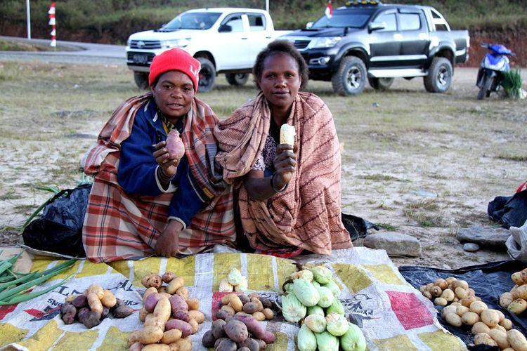 Masyarakat Kabupaten Pegunungan Arfak, Papua Barat berjualan hasil bumi di Pasar Distrik Anggi, Jumat (17/8). Beberapa hasil bumi yang banyak dihasilkan sepert bawang merah, bawang putih, kol, daun bawang, seledri, dan lain-lain.
