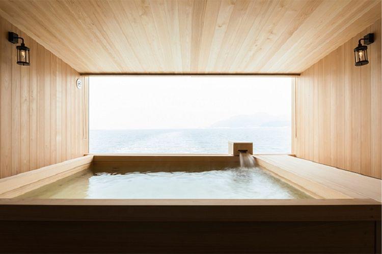 Unsur kayu mendominasi interior ruangan kapal