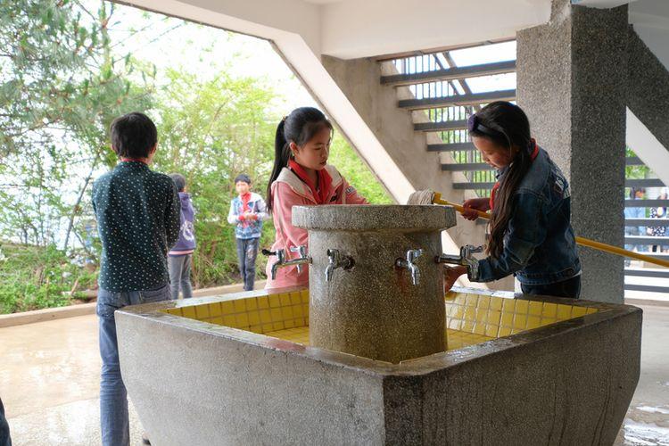 Tempat cuci tangan menjadi fokus utama ketika memasuki bangunan sekolah