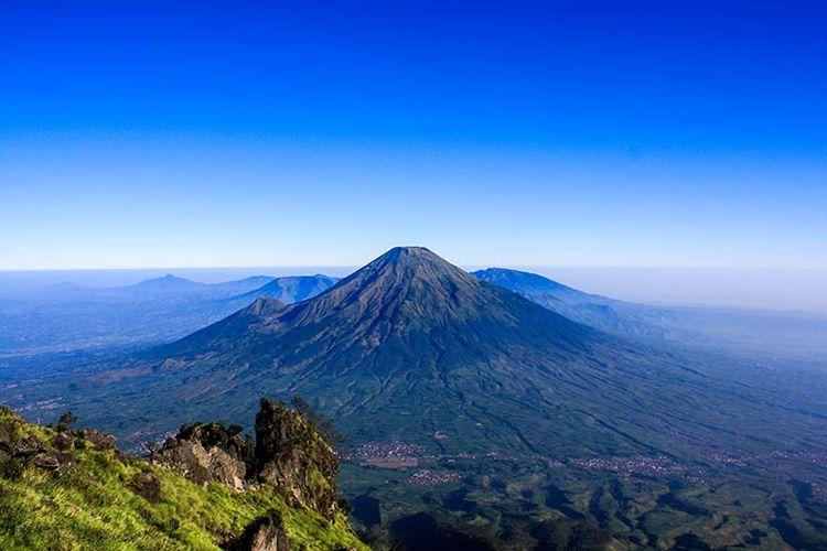 Panorama Gunung Sindoro dilihat dari Gunung Sumbing