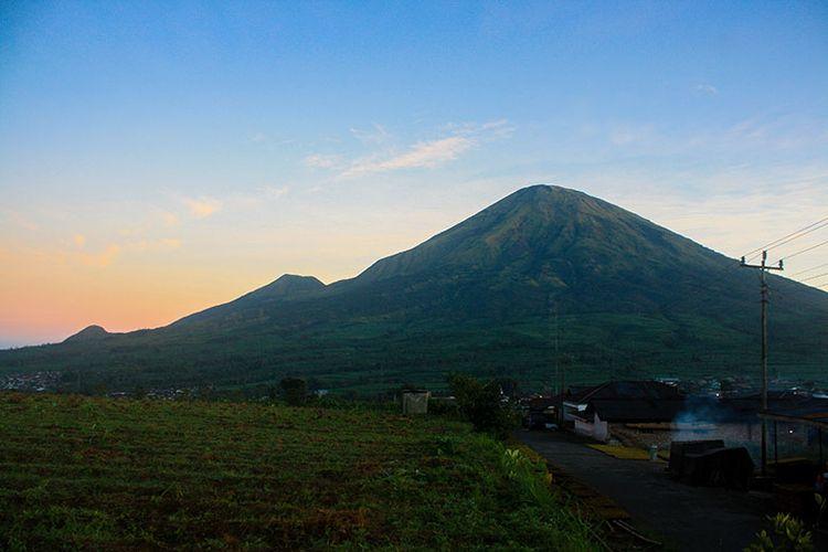 Gunung Sindoro dari Basecamp Pendakian Gunung Sumbing.