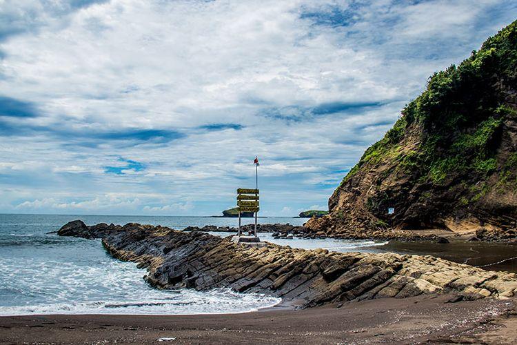Batu memanjang yang konon merupakan jelmaan seekor ular naga ini menjadi latar belakang penamaan Watu Ulo pada pantai ini.