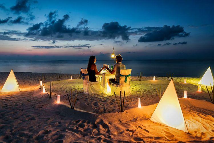 Ilustrasi perayaan valentine bersama pasangan di tepi pantai.