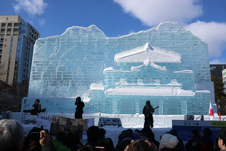 Band asal Jepang, Catalyst tampil di panggung yang terbuat dari pahatan es berbentuk Yushan and The Kaohsiung Railway Station dalam acara Sapporo Snow Festival ke-70 di Odori Park, Kota Sapporo, Prefektur Hokkaido, Jepang, Senin (11/2/2019). Sapporo Snow Festival merupakan acara musim dingin tahunan yang digelar di Kota Sapporo.