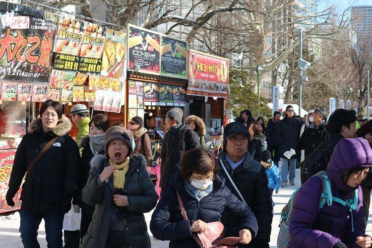 Turis memenuhi area penyelenggaraan Sapporo Snow Festival ke-70 di Odori Park, Kota Sapporo, Prefektur Hokkaido, Jepang, Senin (11/2/2019). Sapporo Snow Festival merupakan acara musim dingin tahunan yang digelar di Kota Sapporo.