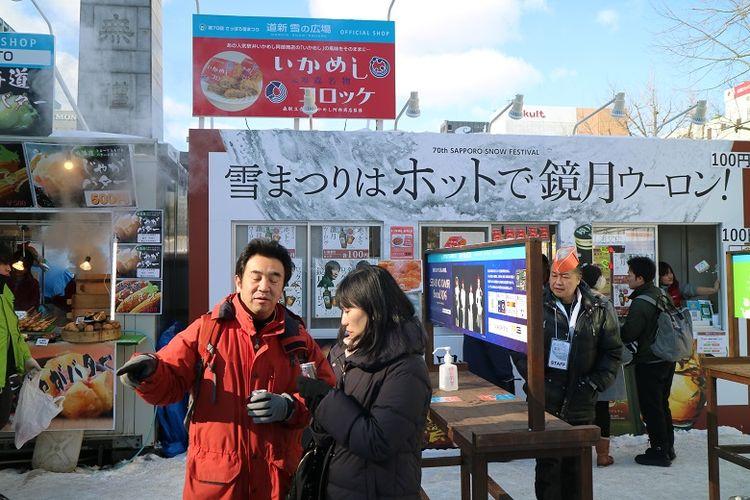 Turis di area penyelenggaraan Sapporo Snow Festival ke-70 di Odori Park, Kota Sapporo, Prefektur Hokkaido, Jepang, Senin (11/2/2019). Sapporo Snow Festival merupakan acara musim dingin tahunan yang digelar di Kota Sapporo.
