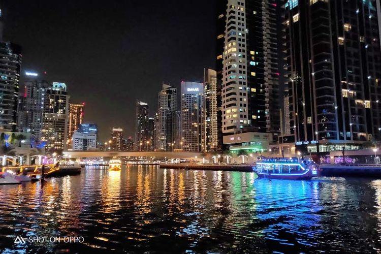 Pemandangan gedung-gedung tinggi di Dubai dengan cahayanya yang indah. Foto diambil menggunakan OPPO R17.