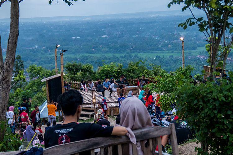 Sejoli menikmati sore sembari ditemani musik akustik nan romantis di Puncak Sosok, Bantul.