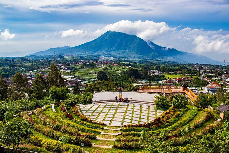 Panorama sisi utara Merbabu dari Agrowisata Kopeng Gunungsari, Semarang, Jawa Tengah.