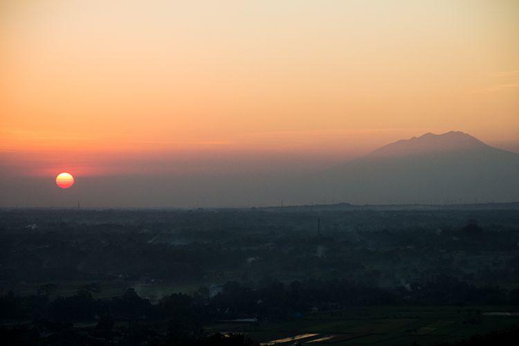 Keindahan Matahari Terbit dan Gunung Lawu dilihat dari Spot Riyadi.