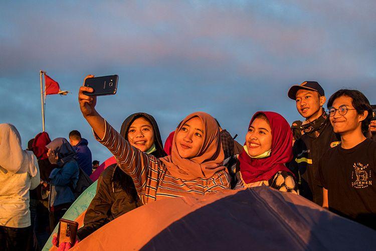 Pendaki Gunung Andong tengah berswafoto. (10/03/2019)