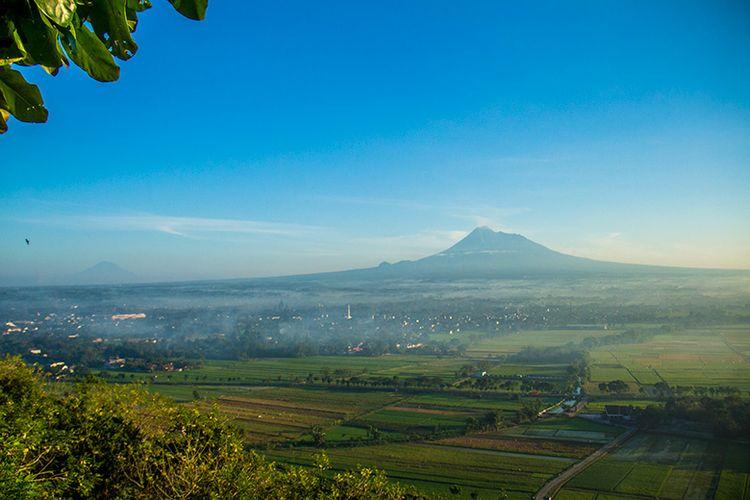 Gunung Merapi dan Gunung Sumbing dilihat dari Spot Riyadi.
