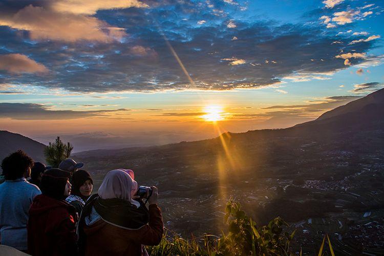Matahari terbit dilihat dari puncak Gunung Andong. (10/03/2019)
