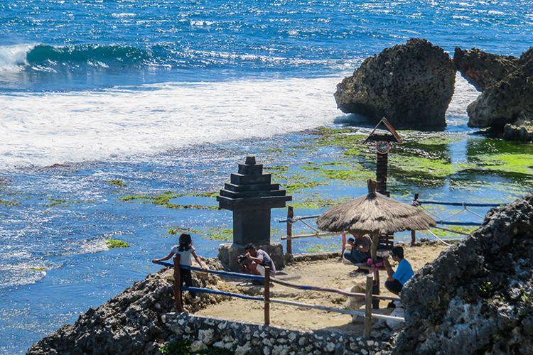Wisatawan Berfoto di Spot Foto Pantai Ngobaran.