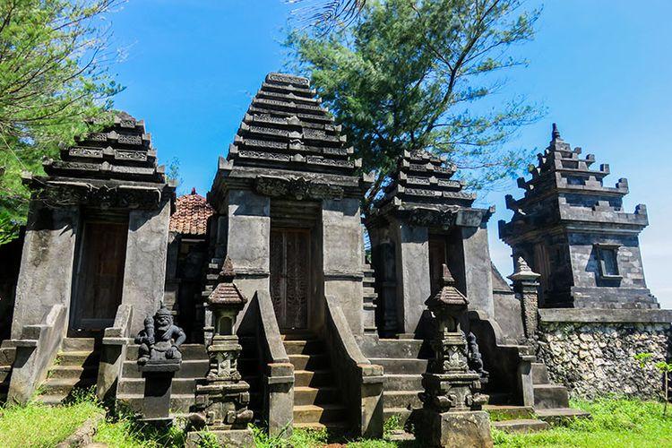 Pura Segara Wukir di Pantai Ngobaran, Gunungkidul, Yogyakarta.