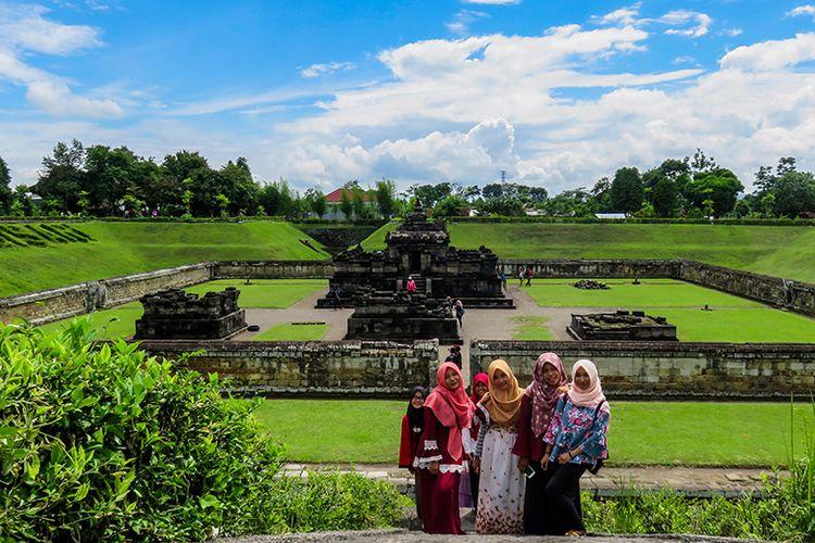 Wisatawan berfoto di Candi Sambisari, Sleman, Yogyakarta.