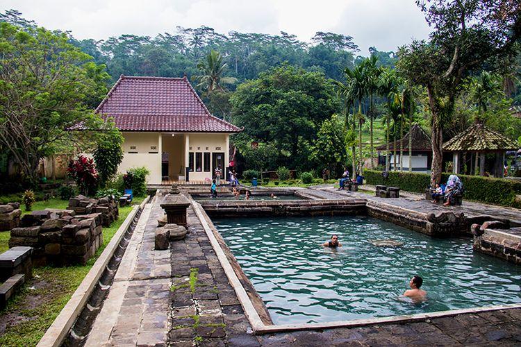 Candi Umbul Magelang dengan kolam pemandian air panas alaminya.
