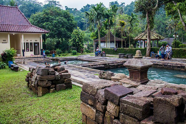 Batuan candi di samping kolam pemandian Candi Umbul Magelang.