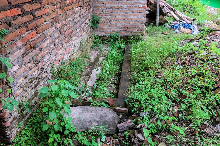Makam Nyai Mendres di samping rumah penduduk