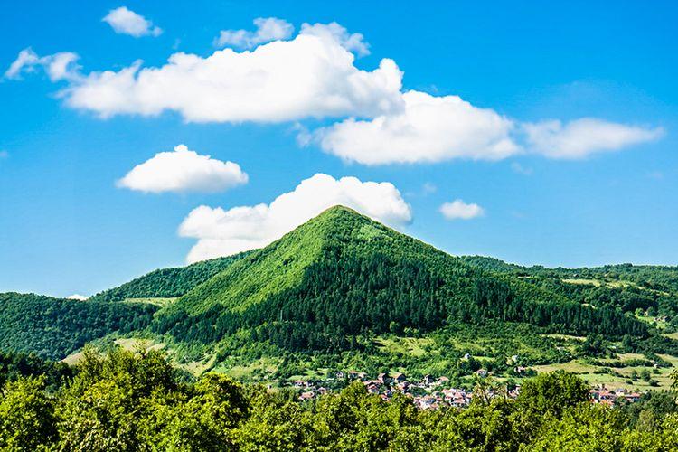 Bukit Berbentuk Piramida di Negara Bosnia.