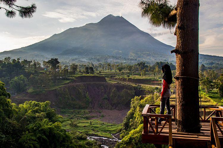 Gunung Merapi dilihat dari Spot panorama Air Terjun Kedung Kayang Magelang.