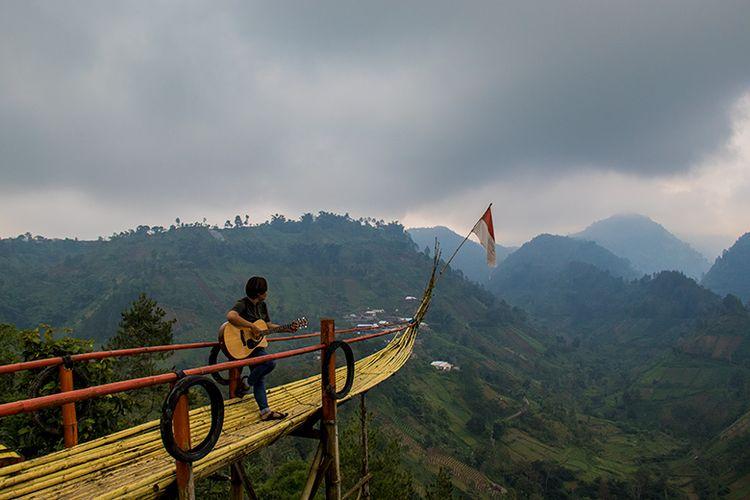 Pengunjung sedang berfoto di spot perahu wisata Bukit Hope Karanganyar.