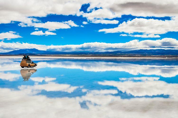 Fenomena alam cermin langit raksasa yang memukau di Salar de Uyuni Bolivia.
