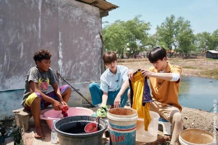 Jeno dan Jaemin NCT Dream saat menjadi sukarelawan di Indonesia dalam program Global Dreams Come True Project The Best Day.