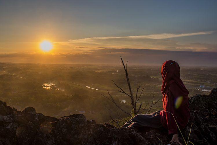Keindahan matahari terbenam di Bukit Widodaren, Wonogiri.