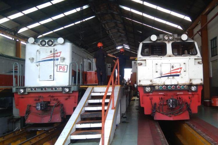 Petugas melakukan perawatan lokomotif di Dipo Lokomotif Purwokerto, Jawa Tengah, Senin (20/5/2019).