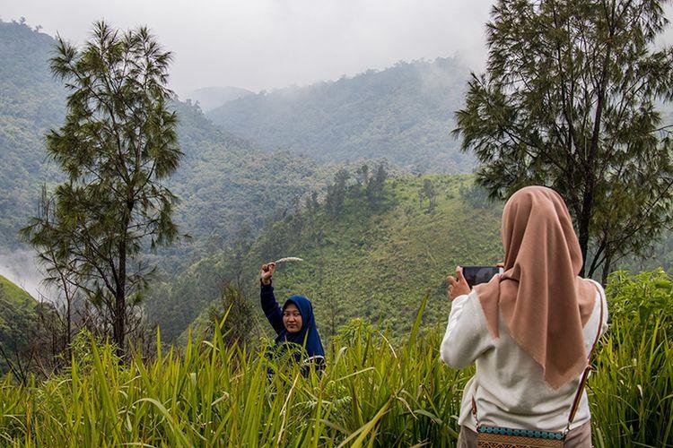 Wisatawan berfoto di Bukit Mongkrang, Karanganyar, Jawa Tengah.