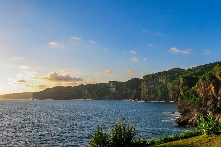 Tebing di sekitar Tanjung Kesirat yang begitu menawan.