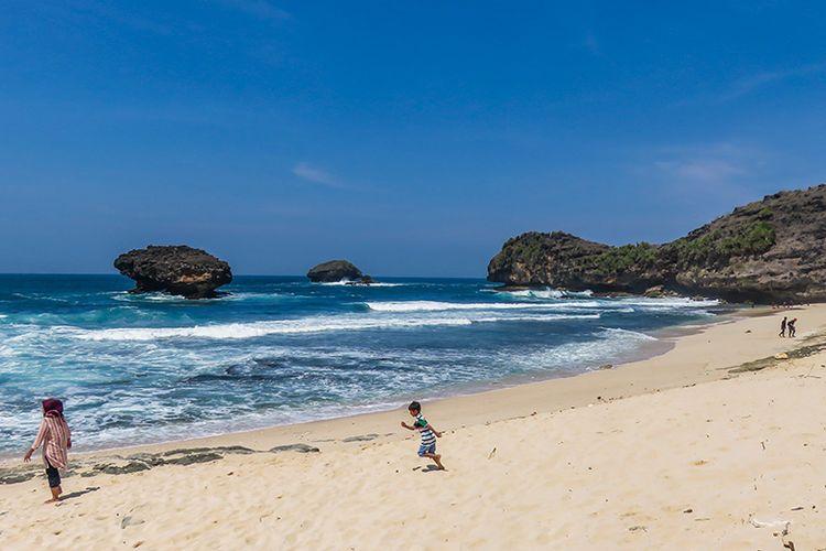 Pantai Srau Pacitan yang indah dengan pasirnya yang berwarna putih