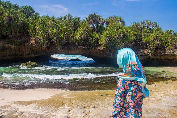 Pantai Wayang dengan karang yang berlubang di kawasan Pantai Srau 2.