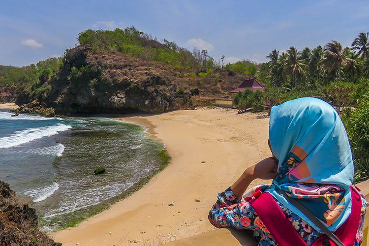 Wisatawan menikmati keindahan Pantai Srau 3.