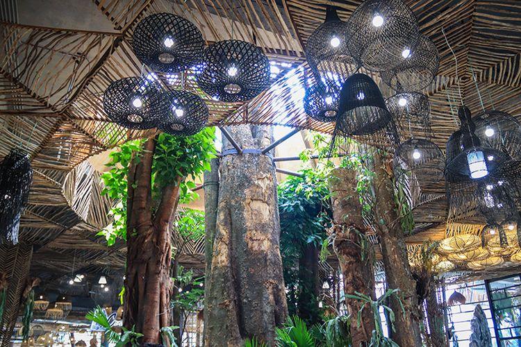 Pohon Pule yang Menjulang Tinggi Dalam Ruangan Dusun Semilir.