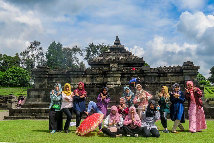 Wisatawan di Candi Sambisari, Sleman, Yogyakarta.