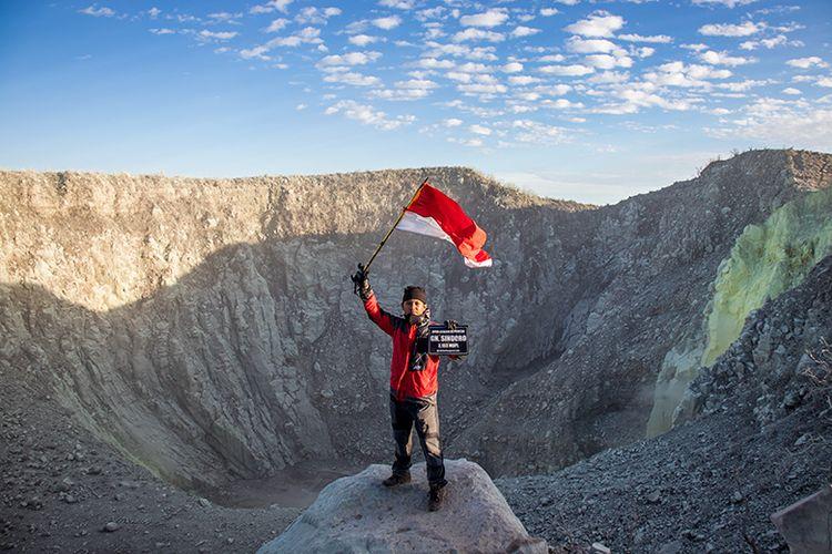 Seorang pendaki di Puncak Gunung Sindoro.