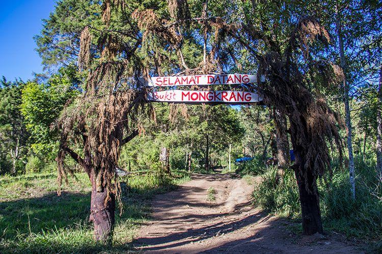 Gerbang Selamat Datang di Pendakian Bukit Mongkrang Karanganyar.