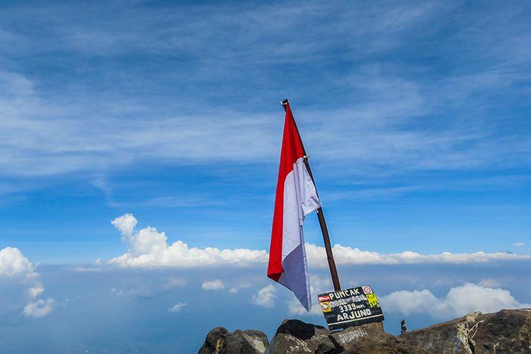 Bendera Merah-Putih di Puncak Ogal-agil Gunung Arjuna 3.339 mdpl.