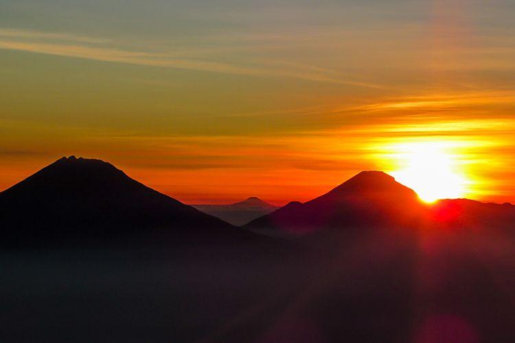 Triple S Jawa Tengah dilihat dari Gunung Merbabu: Gunung Sumbing 3.371 mdpl paling kiri, Gunung Slamet 3.428 mdpl tengah belakang, dan Sindoro 3.153 mdpl paling kanan.