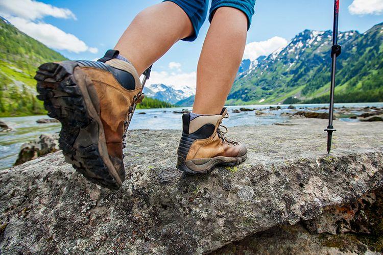 Ilustrasi Sepatu Gunung yang dipakai Pendaki.