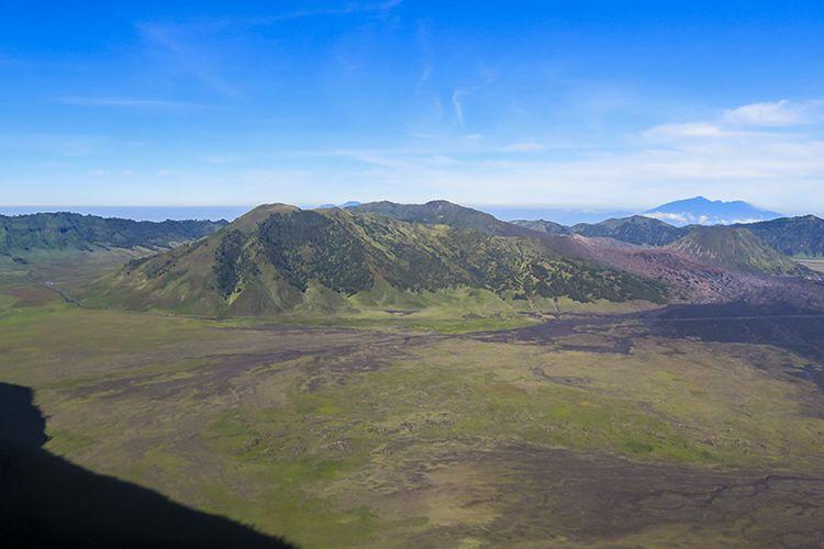 Kaldera Gunung Bromo dilihat dari Puncak B29 Lumajang.