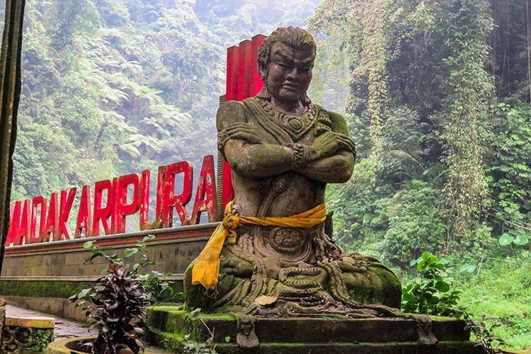 Patung Mahapatih Gadjah Mada di Air Terjun Madakaripura Probolinggo.