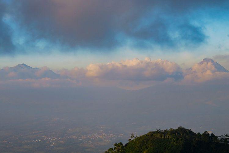 Gunung Merapi dan Merbabu Dilihat dari Puncak Suroloyo.